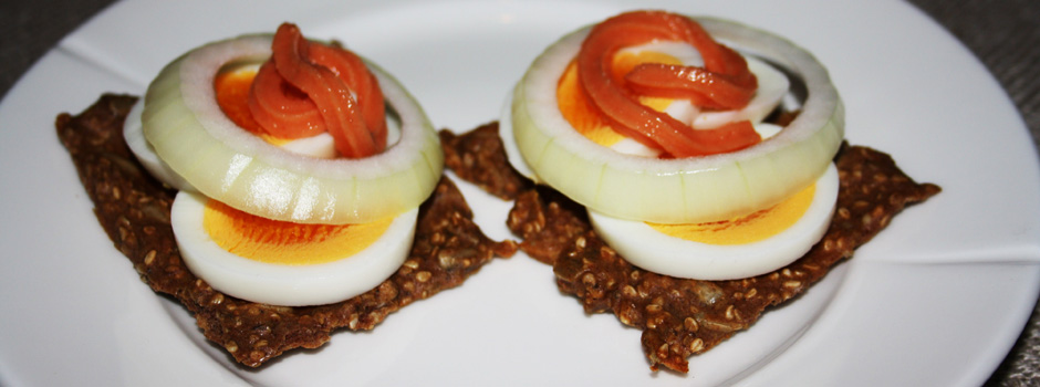 Knekkebriks med kaviar og egg
