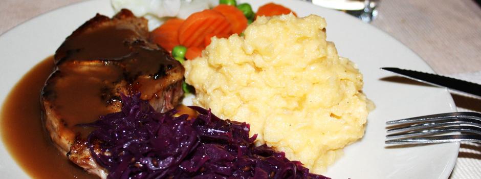 Kotelett med rødkål og stappe